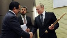 """""""Damaszkusz kardját"""" adta át a bahreini uralkodó Putyinnak Szocsiban"""