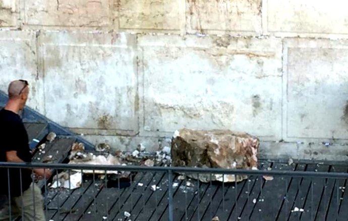 Alig két nappal Orbán imája után kiesett egy hatalmas kő a Siratófalból