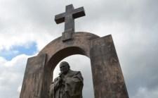 Eltávolítják a keresztet Szent II. János Pál szobráról Franciaországban