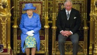 Mégis átadja a koronát II. Erzsébet?