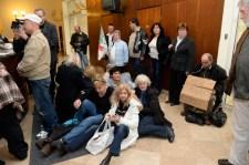 Devizahiteles kerekasztal-beszélgetés: tüntetők jelentek meg a Képviselői Irodaháznál