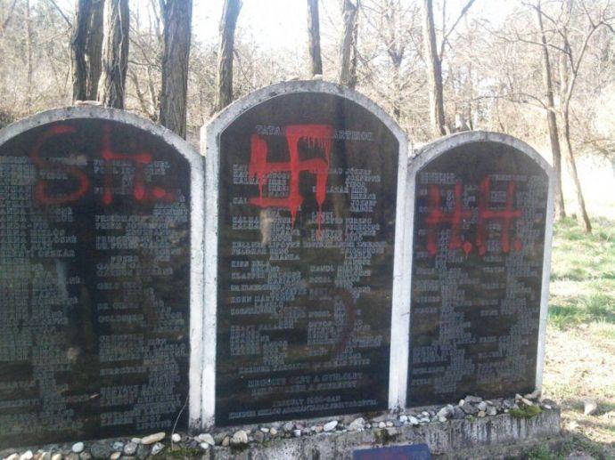 Véleményt nyilvánítottak a tatabányai zsidó temetőben – szegény Áder keresheti az utazótáskát