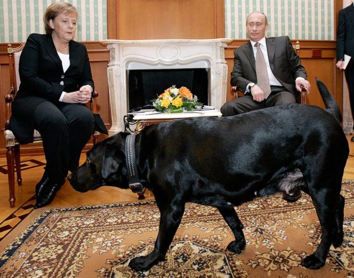 Putyin nem véletlenül váratja órákat a tárgyalóparnereit