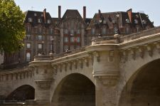 Titokzatos kőszobor a főváros hídjánál