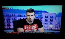 """""""Ez a tévé hazudik"""" feliratú pólóban olvasta fel Orbán Viktornak Jakab Péter az öt pontot a HírTV-ben"""