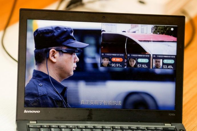 Egy csipetnyi totális kontroll: újabb okosszemüveget kaptak a kínai rendőrök – mindenki azonosítható, követhető
