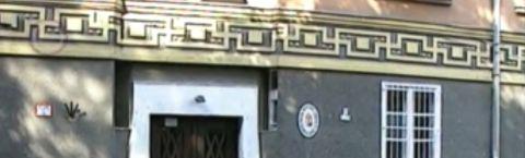 A TEV-nek jelentjük: borzalmas szimbólumsorozat az Óbudai Népzenei Iskola főbejáratánál