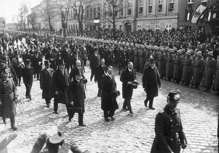Hitler kancellár és kísérete a Potsdam ünnepségen, a leégett Reichstag újranyitásának napján (1933. március 21.)