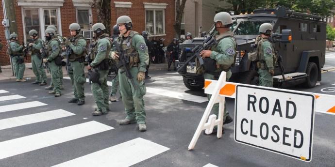 Trump szavait magyarázza a Fehér Ház charlottesville-i támadás után