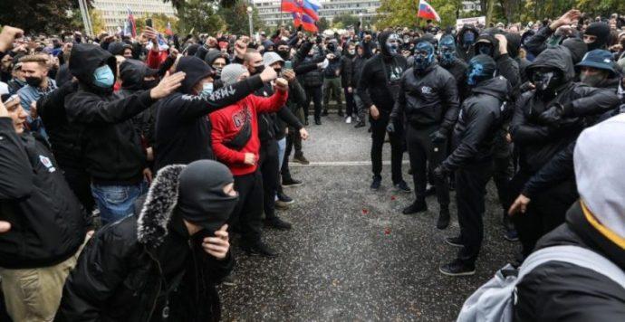 Könnygáz és vízágyú – ilyen volt a fociultrák és a szélsőjobbosok pozsonyi tüntetése – videókkal