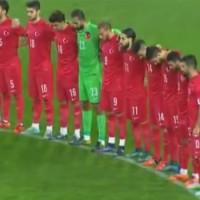 A török szurkolók Allahu Akbarral emlékeztek a párizsi áldozatokra (videófelvétel)
