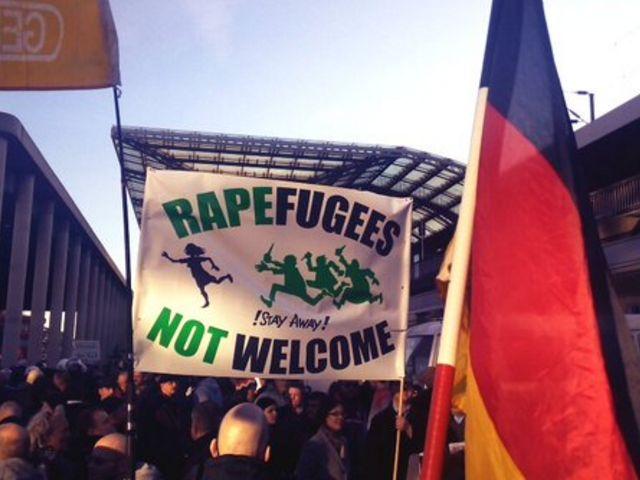 Tudnak a német rendőrök, ha akarnak: a muszlim csürhe tátott szájjal nézése után a hazafiakat regulázták meg