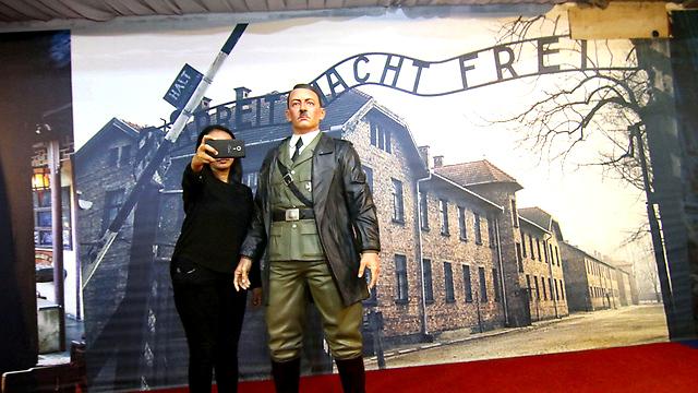 Szelfi Hitler Adolffal az auschwitzi táborkapu előtt – Nem tetszett Wiesenthaléknak az indonéziai kiállítás