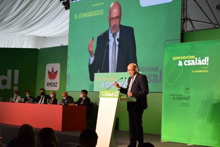 Identitáspolitika nélkül csak ügyintézõ szervezet lennénk, mondta Kelemen Hunor az RMDSZ-kongresszuson