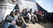 A koronavírus-járvány kellős közepén is taxiztatják a migránsokat Olaszországba