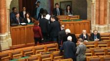 Kivonultak a parlamentből az egyesült ballibek – munka helyett inkább átruccannak Esztergomba