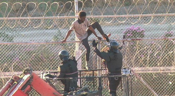 Erőszakba torkollott a spanyol kerítésen átjutó migránsok megfékezése