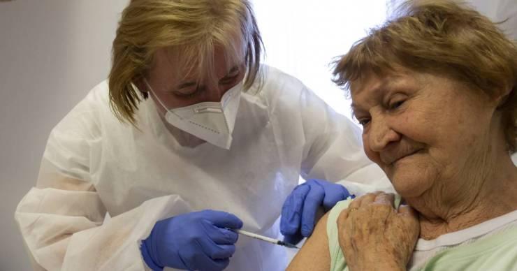 Új oltási akció: augusztus elsejétől háziorvosok fogják felkeresni a közelükben élő 60 év felettieket