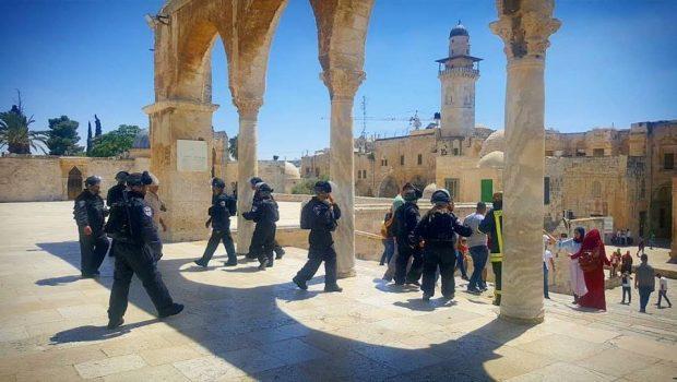 A cionista hadsereg megrohamozta az Al-Aqsa mecsetet (képek, videók)