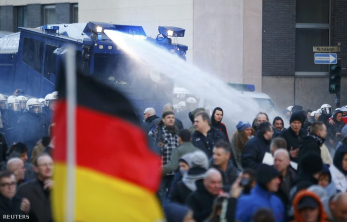Durvul a szilveszteri erőszak miatti tüntetés Kölnben