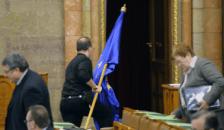 Gaudi most a vécébe vitte az uniós zászlót