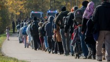 Migránsok menetelnek Velence felé