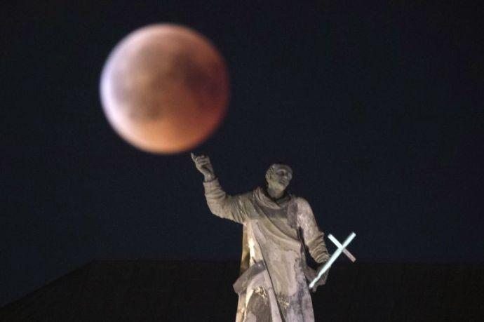 Így nézett ki a világ különböző részein az évszázad holdfogyatkozása (fotógaléria)
