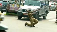 Tánccal irányítja a forgalmat az indiai rendőr – Videó