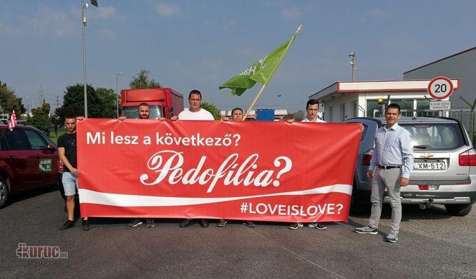 A Mi Hazánk Mozgalom tagjai eltorlaszolták a dunaharaszti Coca-Cola-üzem főbejáratát