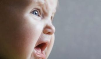 Kilenc hónapos csecsemőt vádolnak azzal, hogy rendőrökre támadt