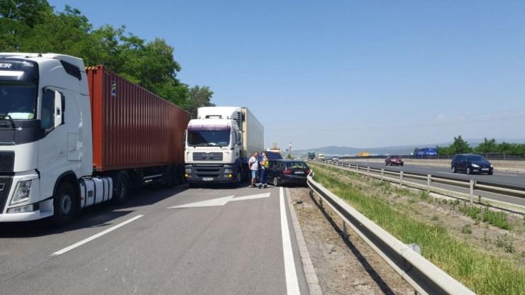 M7-M0: autót gyűrt a szalagkorláthoz egy kamion, óriási a torlódás