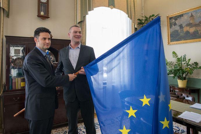 Márki-Zay első útja Botkához vezetett – EU-s zászlót kapott tőle, és szövetséget kötöttek