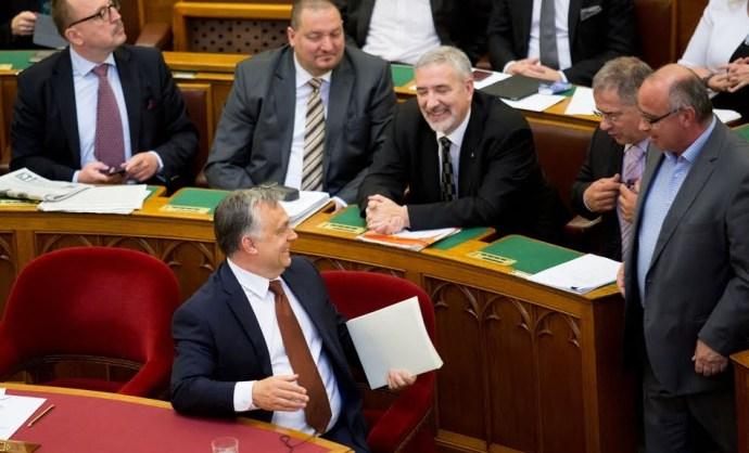 Vajon mit mondhat egy fideszes politikus, ha hazaküldi őt Rogán Antal? Erre kerestünk példát