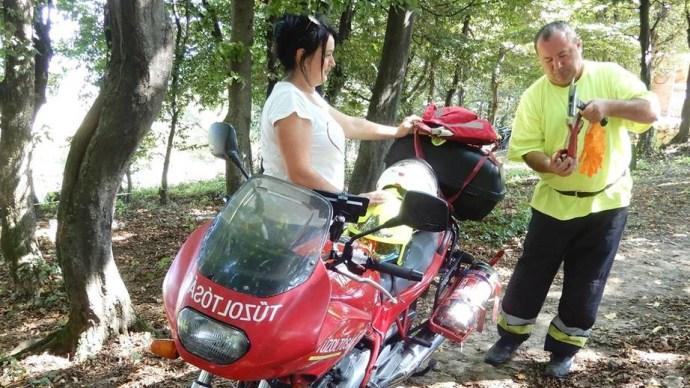 Motoros tűzoltó ment életeket a Bakonyban