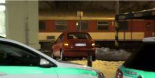 Részegen hajtott a sínekre egy fiatalember Szliácson – a kocsmából érkezett a segítség
