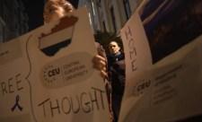 Puzsér: Orbán nem miniszterelnök, hanem önkényúr, Áder nem köztársasági elnök, hanem bajszos szar