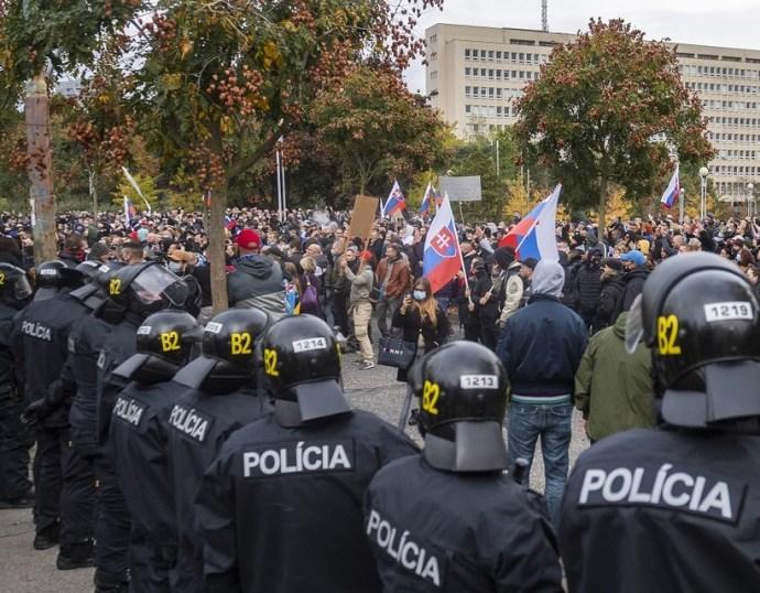 A békésen tiltakozók is megdöbbentek
