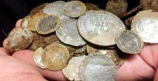 Jegygyűrű után kutattak, végül 500 éves értékes pénzérméket találtak