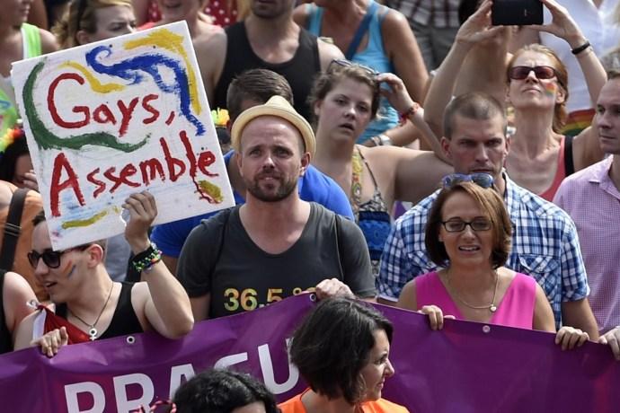 Korlátlan volt a buzulás Prágában: a főpolgármester haladt a hányingerkeltő felvonulás élén