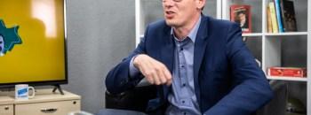 Kari Geri már első megszólalásai egyikében fontosnak tartotta nácinak nevezni Wass Albertet