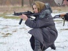 Fegyverrel a kezében harcol a szabadságért egy 68 éves néni Kelet-Ukrajnában