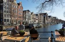 Hollandia megszünteti a távolságtartást, de bevezeti a COVID-igazolványt a kávézókban és a mozikban is