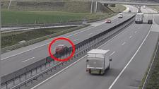 Hajmeresztő: satufékkel állítottak meg a gyorsforgalmin egy szembe haladót – videó
