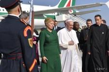 Kenyérrel és sóval fogadták Ferenc pápát a pozsonyi reptéren (fotók)