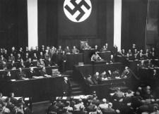 Adolf Hitler a Reichstag tagjai előtt kihirdeti a felhatalmazási törvényt a berlini Kroll Operaházban (1933. március 23.)