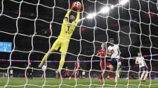 Vizsgálja a FIFA a magyar szurkolók rendbontását a Wembleyben