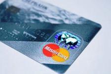 A chip biztonságosabb. A Mastercard felhagy a mágnesvonalas kártyák gyártásával