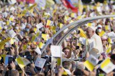 Ferenc pápa már Kelet-Szlovákiában van – Képekkel