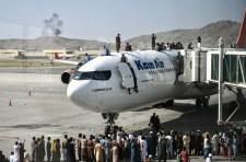 Több ezren próbálnak a kabuli repülőtéren keresztül menekülni az országból