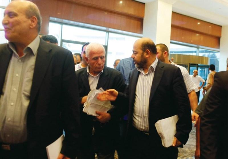 Il capodelegazione di Fatah Azzam al Ahmad e uno dei leader di Hamas Musa Abu Marzouq (foto Reuters)